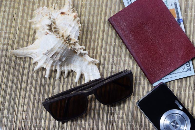 Vacanza, passaporto con i dollari dei soldi tutto è pronto fotografia stock libera da diritti