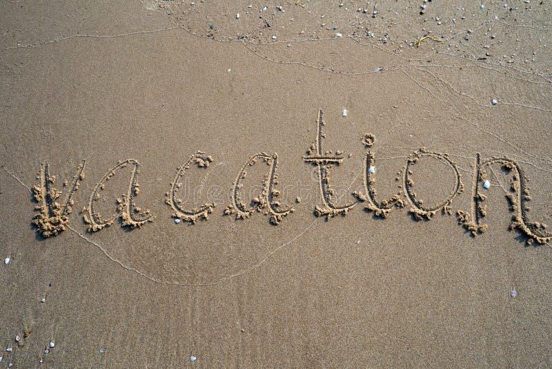 Vacanza sul concetto della spiaggia di sabbia Parole di tempo di vacanza scritte nella sabbia sulla spiaggia a Rayong, Tailandia immagini stock
