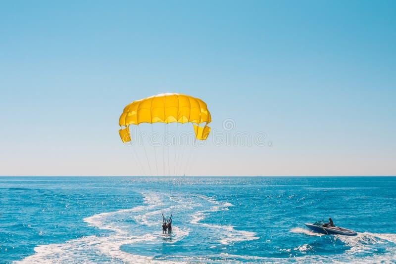 Vacanza sulla località di soggiorno del mare - divertimento su parasailing immagine stock