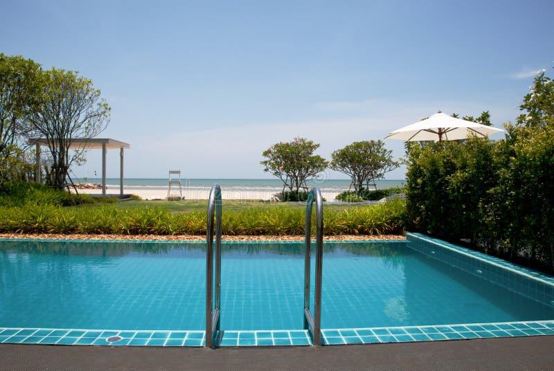 Vacanze estive blu della piscina immagine stock libera da diritti