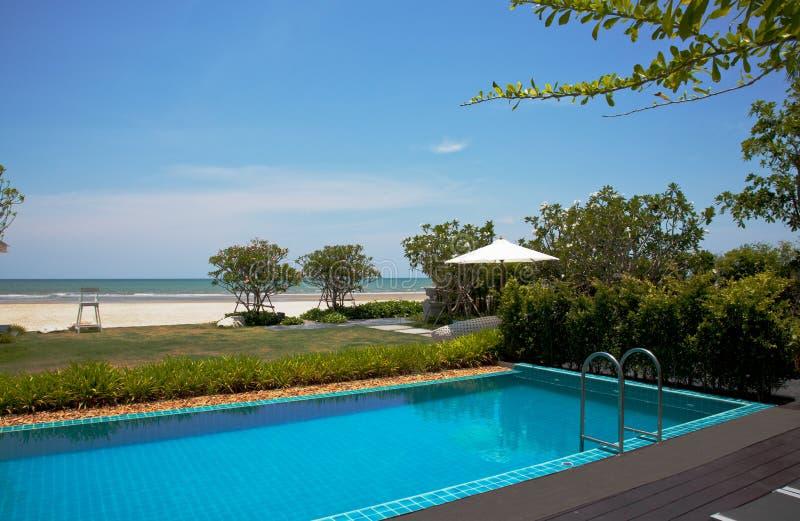 Vacanze estive blu della piscina immagini stock libere da diritti
