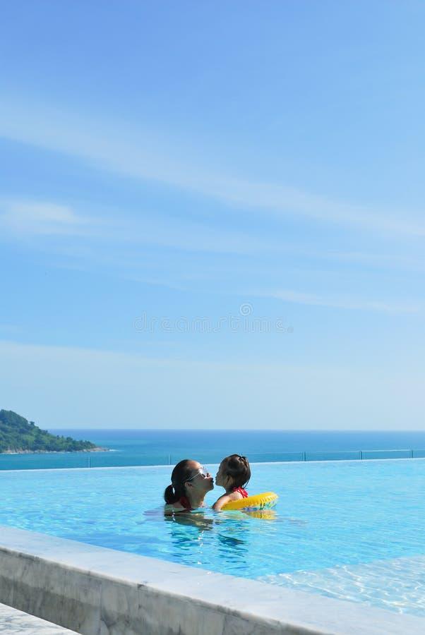 Vacanze estive gioco felice della figlia e della madre fotografie stock libere da diritti