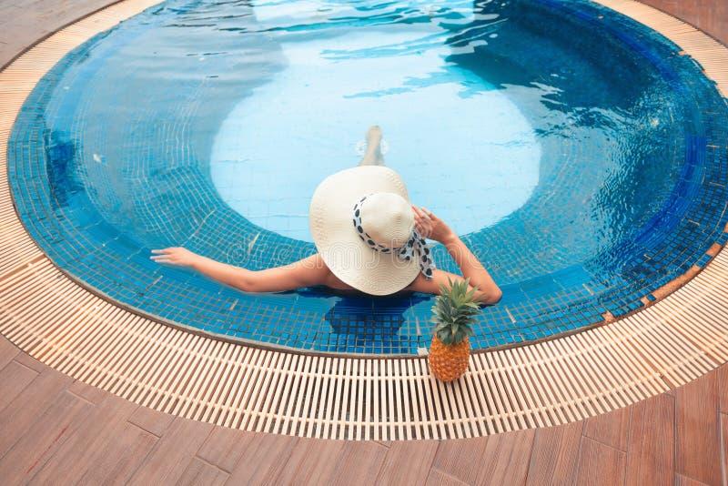 Vacanze estive, ritratto di una donna asiatica nella piscina a fotografie stock libere da diritti