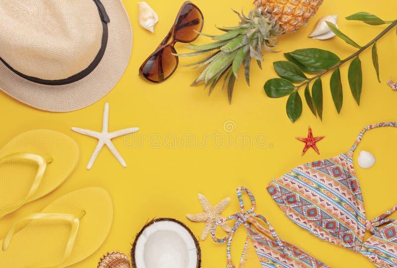 Vacanze estive, viaggio, disposizione piana di concetto di turismo Vista superiore degli accessori tropicali della spiaggia con i immagini stock