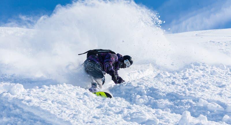Vacanze invernali, corsa con gli sci e snowboard attive fotografia stock libera da diritti