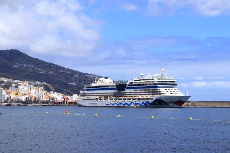 vacanze lontane per nave verso destinazione tropicale immagine stock