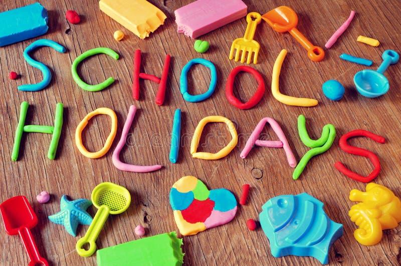Vacanze scolastiche del testo fatte dalla modellistica dell'argilla fotografie stock libere da diritti