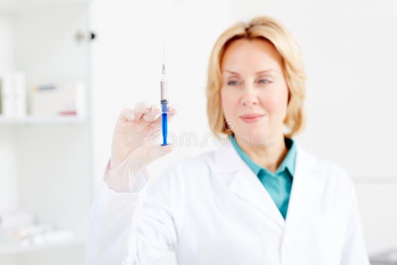 Vaccin i injektionsspruta royaltyfria foton
