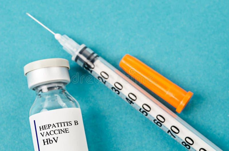 Vaccinera liten medicinflaska för hepatit B HBV med injektionssprutan fotografering för bildbyråer