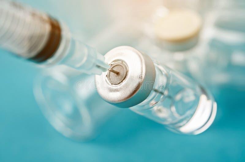 Vaccinera liten medicinflaskados med visarinjektionssprutan, medicinsk begreppsvaccinering arkivbilder