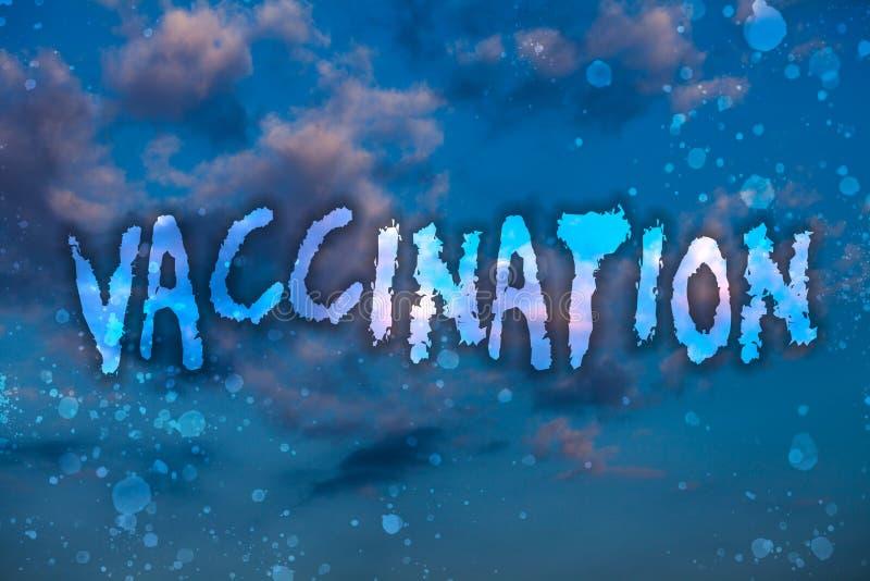 Vaccinering för ordhandstiltext Affärsidé för behandling som gör kroppen starkare mot molniga ljusa blått s för infektion arkivbilder