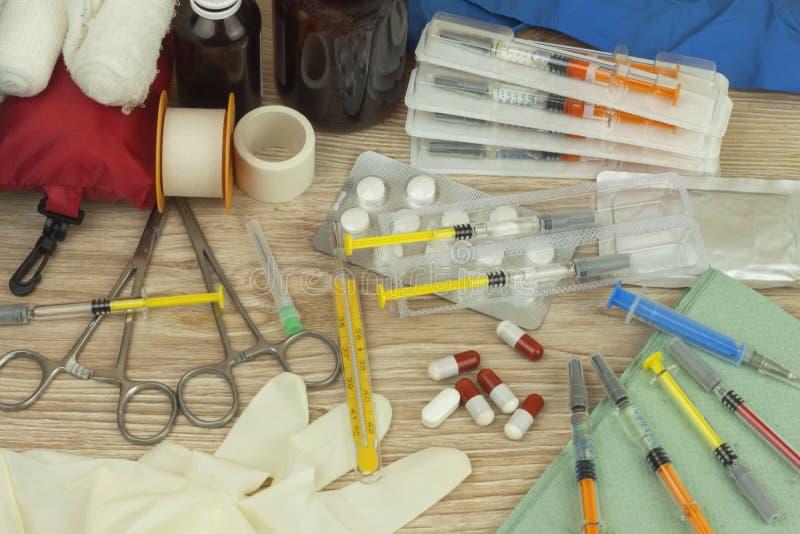 Vaccinering mot influensaepidemi Injektionsspruta och sterila Vial Filled med läkarbehandlinglösningen fotografering för bildbyråer