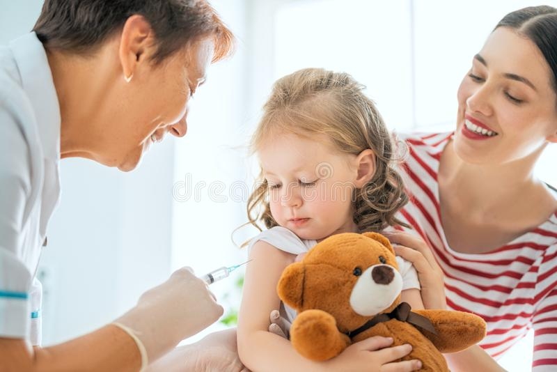 Vaccinering till ett barn royaltyfri bild
