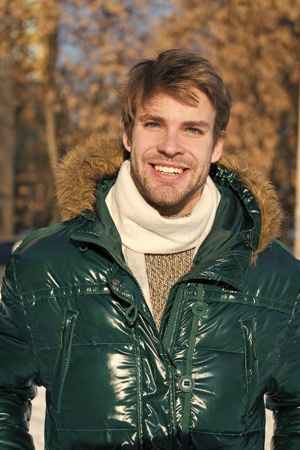 Vacering och resor Snowy Väder Trendy vinterrock Man Det är kallt utanför Skog i snö Färsk luft Glad man royaltyfri bild