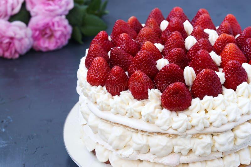 Vacherin de g?teau avec les fraises et la cr?me fouett?e, situ?es sur un fond fonc?, horizontal photo stock