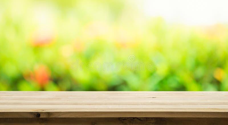 Vacie de la sobremesa de madera en la falta de definición del extracto verde fresco imágenes de archivo libres de regalías