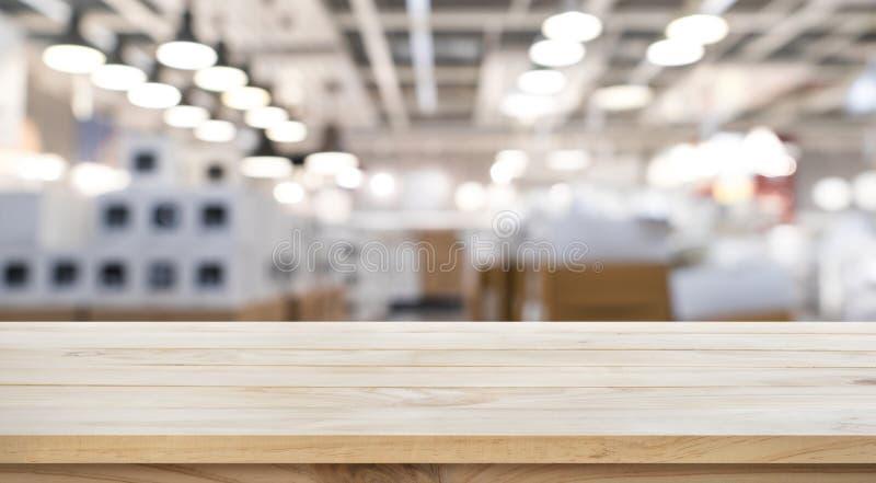 Vacie de la sobremesa de madera en fondo de la fábrica de la tienda de la falta de definición fotos de archivo libres de regalías