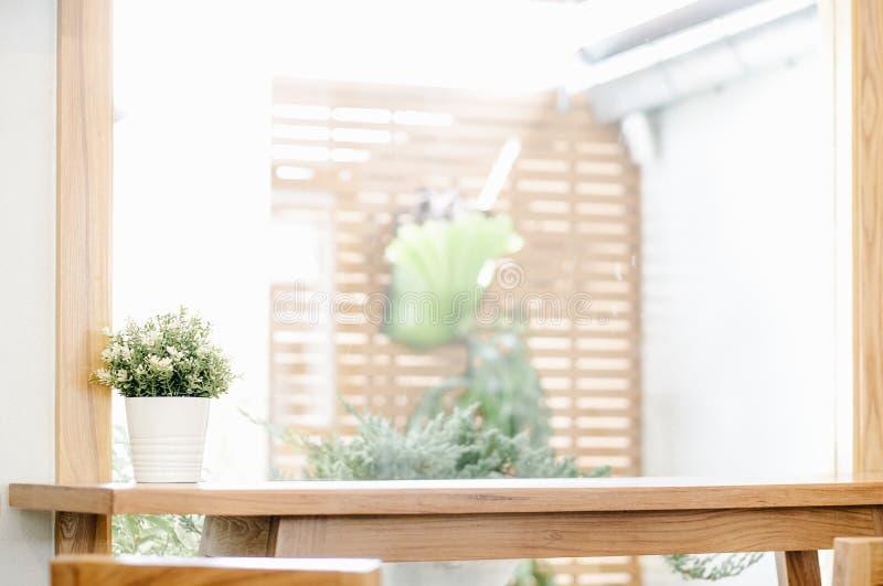 Vacie de la tabla de madera en ventana defocused del verano con el fondo de la maceta imagen de archivo libre de regalías