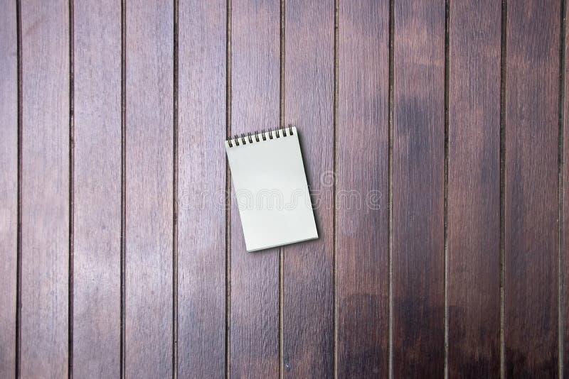 Vacie del pequeño libro de bolsillo en la tabla de madera, copie el espacio fotografía de archivo