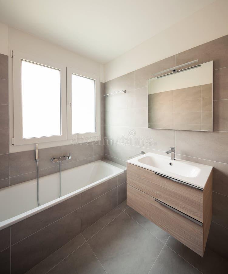 Vacie el apartamento moderno, las paredes vacías del espacio y blancas foto de archivo