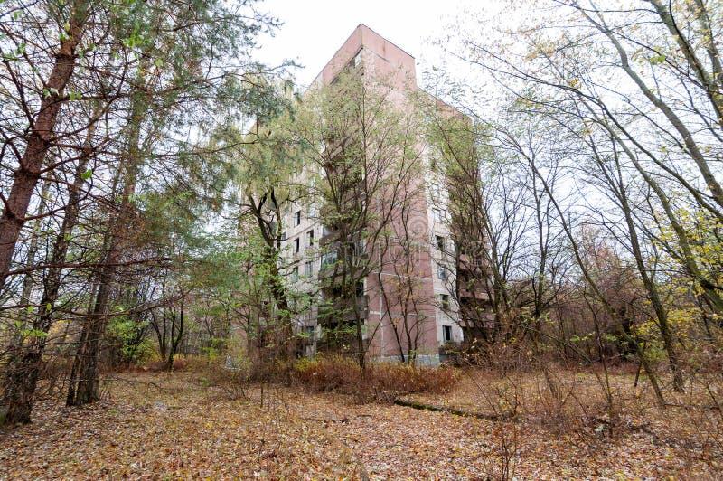 Vacie el edificio abandonado en el pueblo fantasma de la zona de exclusión de Pripyat cerca de la central nuclear de Chernóbil, U foto de archivo libre de regalías