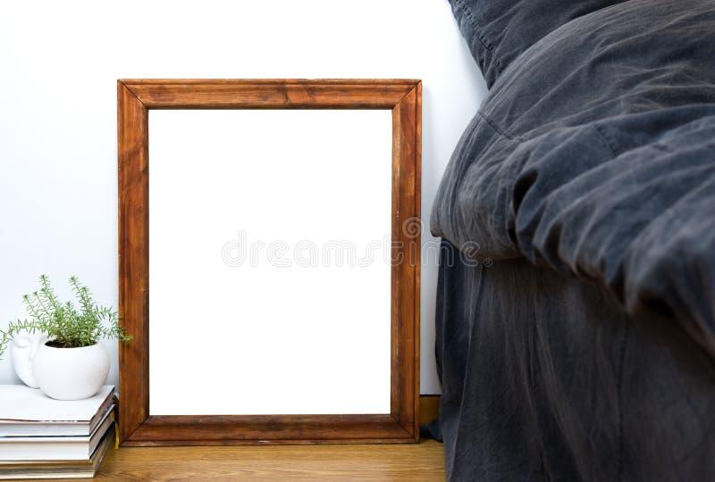 Vacie el marco de madera en un piso, interi casero del vintage en blanco del dormitorio fotografía de archivo