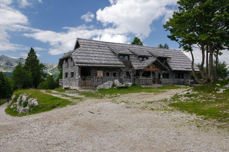 Vacie el restaurante antiguo en la estación de esquí Vogel durante la estación de verano, Bohinj, Eslovenia, Europa fotografía de archivo libre de regalías