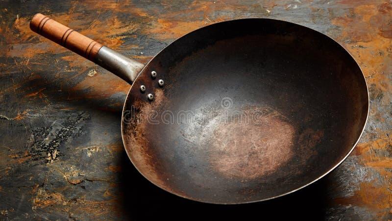 Vacie el sartén viejo en una superficie de metal oxidada imágenes de archivo libres de regalías