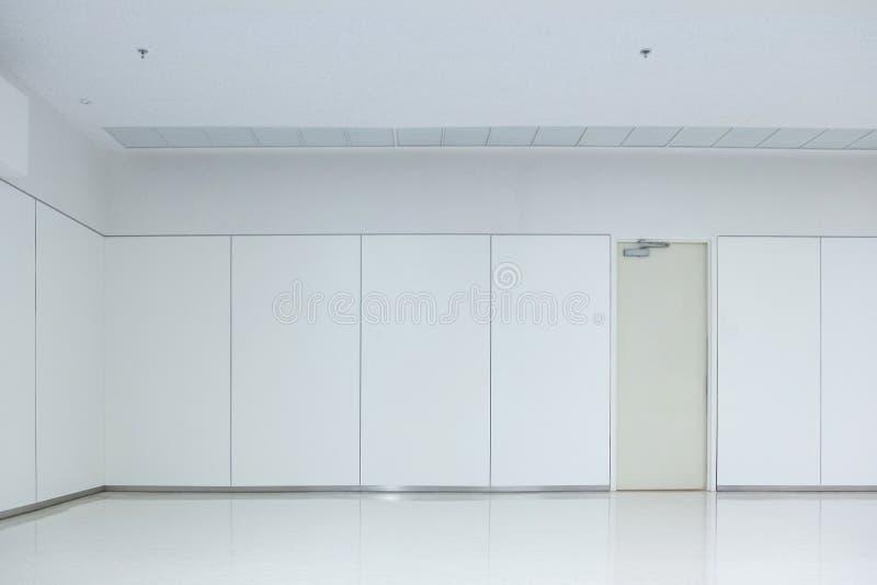 Vacie el sitio blanco con el piso y la puerta, nadie del techo espacio inter imagen de archivo libre de regalías