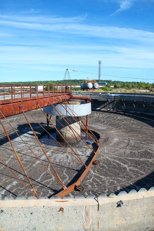 Vacie el tanque grande del colono de la sedimentación en la instalación de tratamiento fotos de archivo