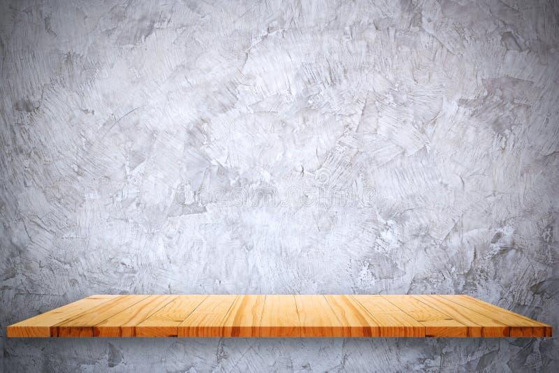 Vacie el top de estantes de madera y de fondo desnudo de la pared del cemento fotos de archivo