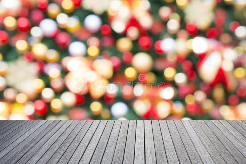 Vacie el top de tabla de madera y de bokeh ligero decorativo imagen de archivo libre de regalías