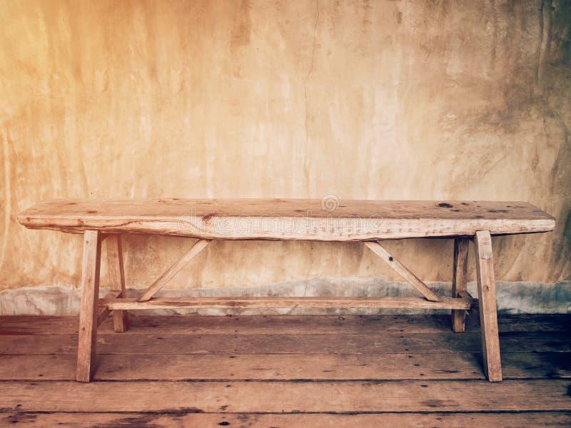 Vacie el viejo vintage de madera de la pared de la silla y del cemento fotos de archivo