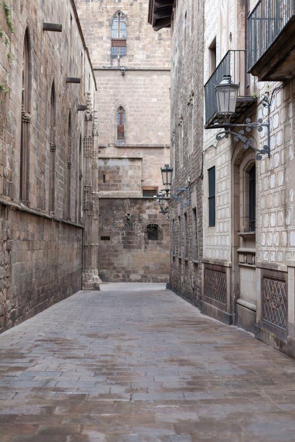 Vacie la calle estrecha en el viejo cuarto gótico (Barri imágenes de archivo libres de regalías