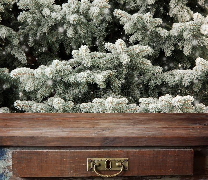 Vacie la cubierta de madera en el fondo de las ramas del abeto imagen de archivo libre de regalías