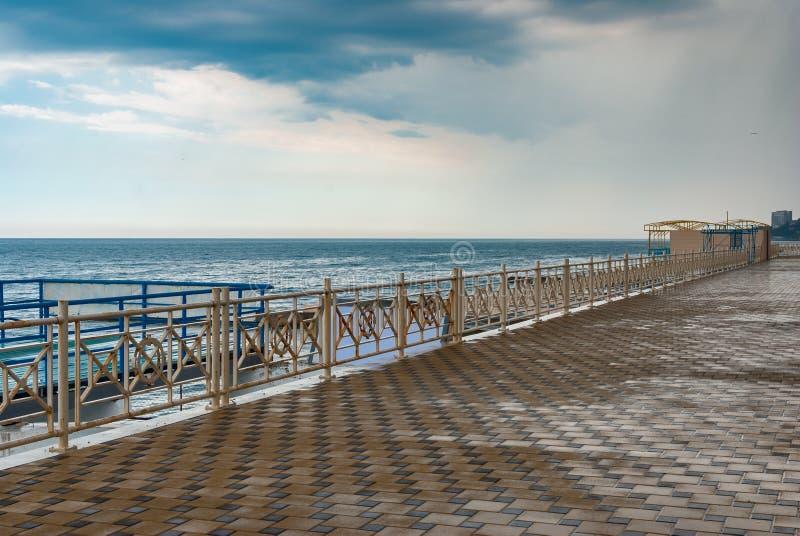 Vacie la orilla del mar negra en la parte central de la ciudad de Alushta foto de archivo libre de regalías