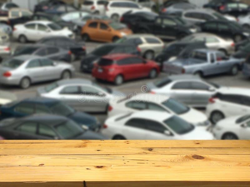Vacie la plataforma de espacio de madera de la tabla y el lo al aire libre borroso del estacionamiento imágenes de archivo libres de regalías