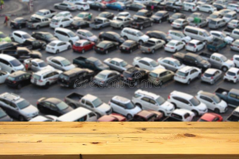 Vacie la plataforma de espacio de madera de la tabla y el lo al aire libre borroso del estacionamiento imagen de archivo libre de regalías