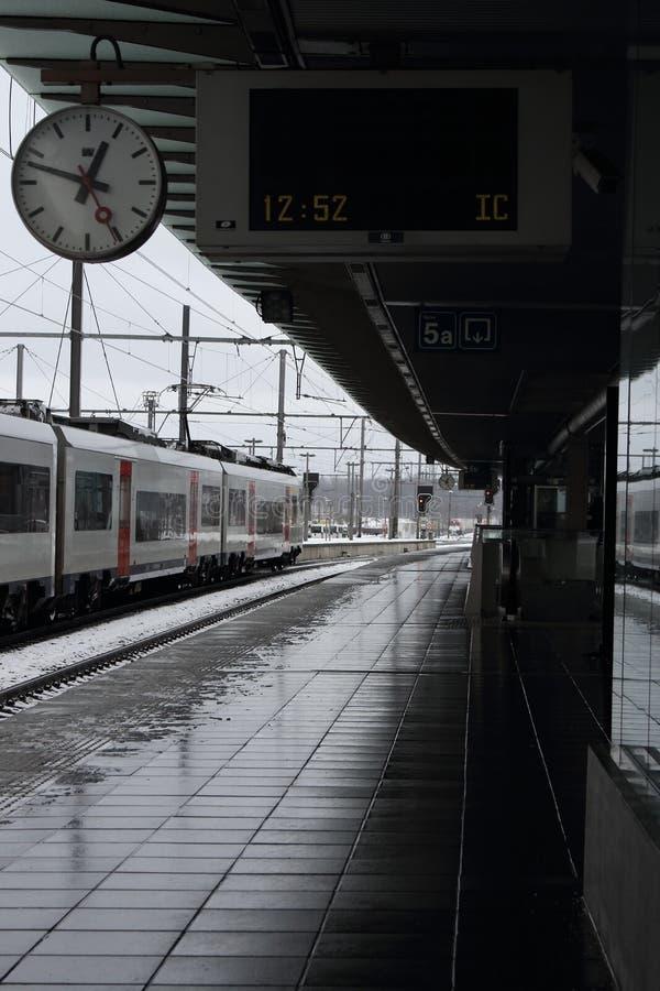 Vacie la plataforma del ferrocarril con el tablero de la salida y mírela imagen de archivo libre de regalías