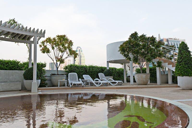Vacie la silla de reclinación cerca de piscina de los niños en hotel imagenes de archivo