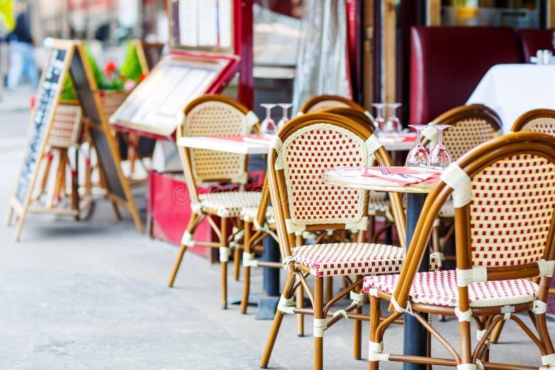 Vacie la tabla al aire libre del restaurante en París, Francia fotografía de archivo