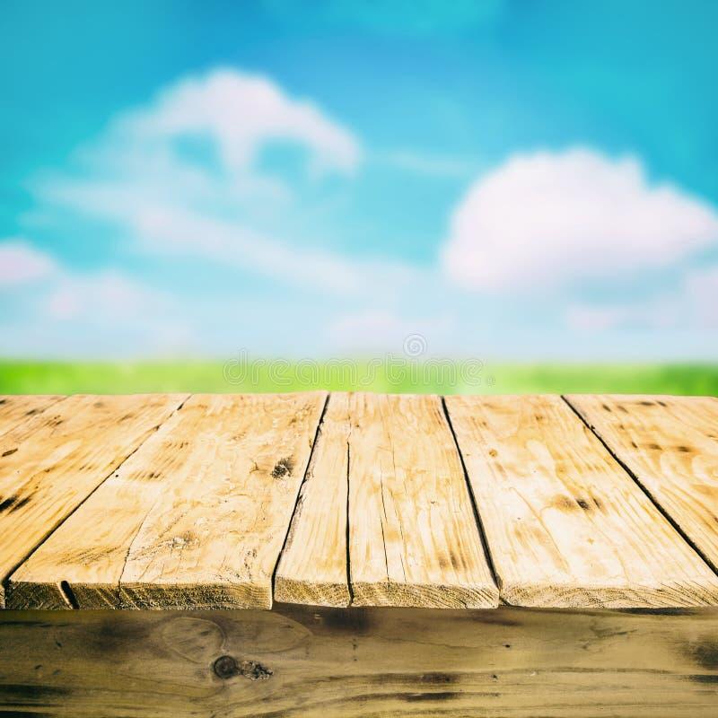 Vacie la tabla de madera al aire libre, en el campo imagenes de archivo