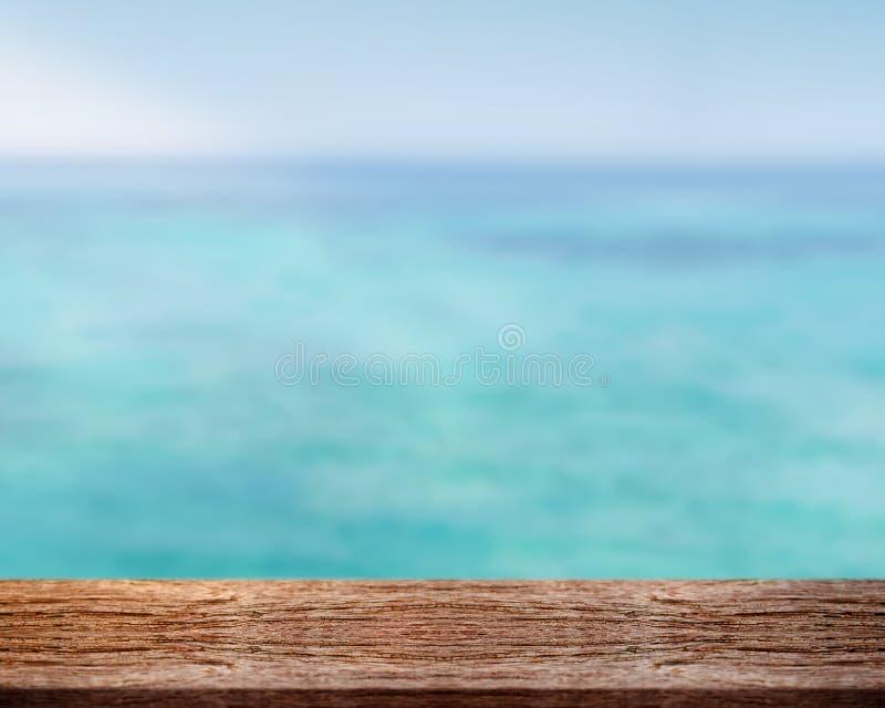 Vacie la tabla de madera delante del mar en el verano para actual favorable foto de archivo