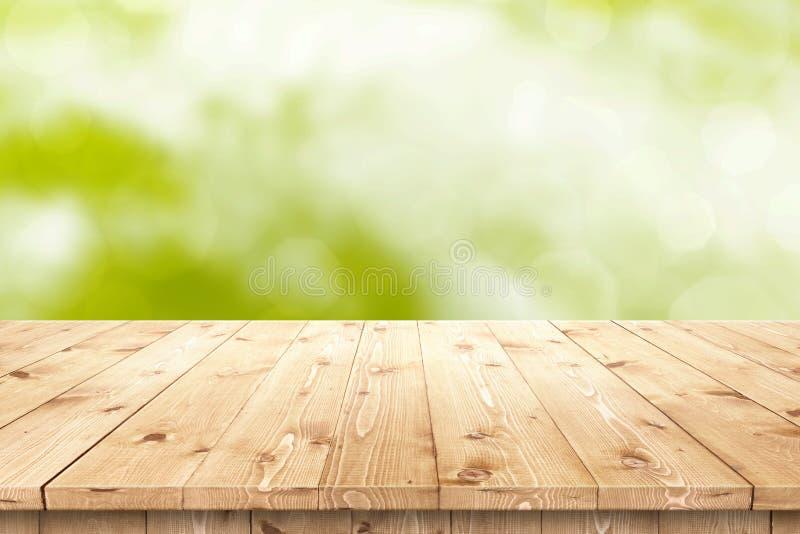 Vacie la tabla de madera en un sol para la colocación o el montaje del producto foto de archivo libre de regalías