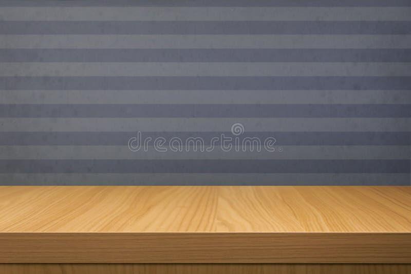 Vacie la tabla de madera sobre el papel pintado azul del vintage con las rayas fotografía de archivo