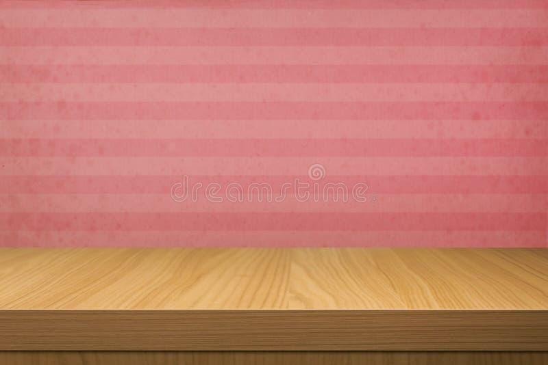 Vacie la tabla de madera sobre el papel pintado del vintage con las rayas imagenes de archivo