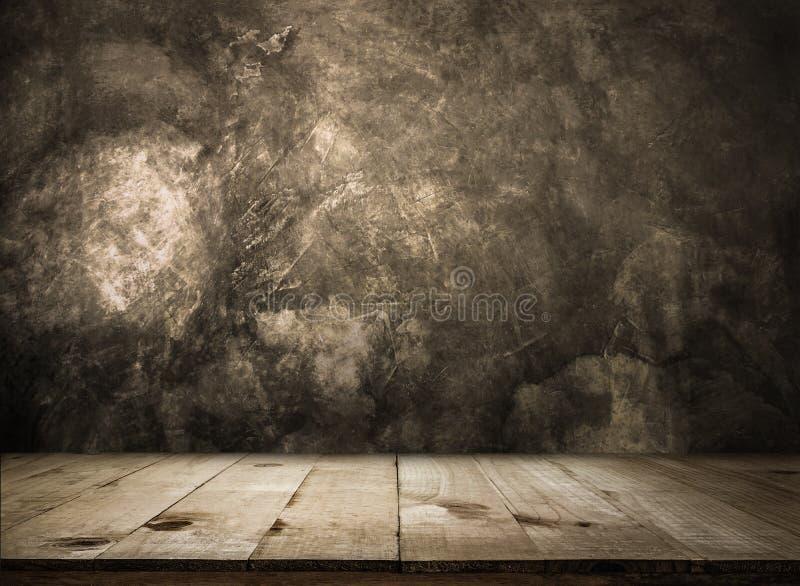 Vacie la tabla de madera sobre la pared del grunge vacía alistan para su producto imágenes de archivo libres de regalías