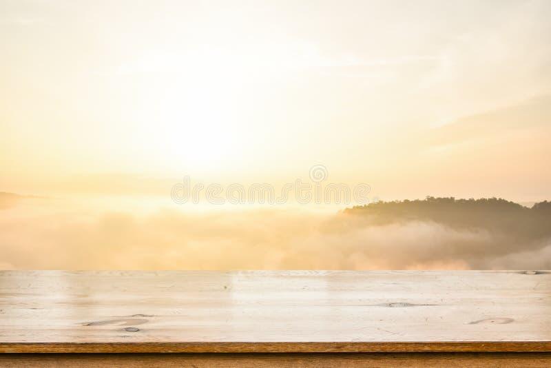 Vacie la tabla de madera superior sobre el mar del fondo borroso niebla de la montaña Para la exhibición su producto fotos de archivo