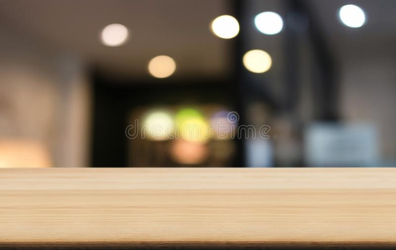 Vacie la tabla de madera y el fondo borroso del extracto delante de la cafeter?a o del restaurante para la exhibici?n del product fotos de archivo