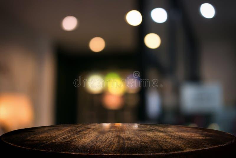 Vacie la tabla de madera y el fondo borroso del extracto en o delantero foto de archivo